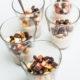 Cashewcreme getoppt mit karamellisierten Äpfeln, Nüssen und Schokoladenstückchen
