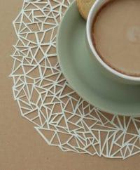 Papercuts: Geometrische Papierdeckchen