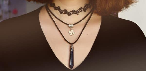 Eine Halskette mit Anhänger