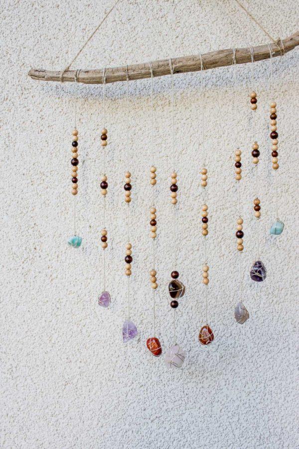 Wanddeko aus Treibholz und Edelsteinen