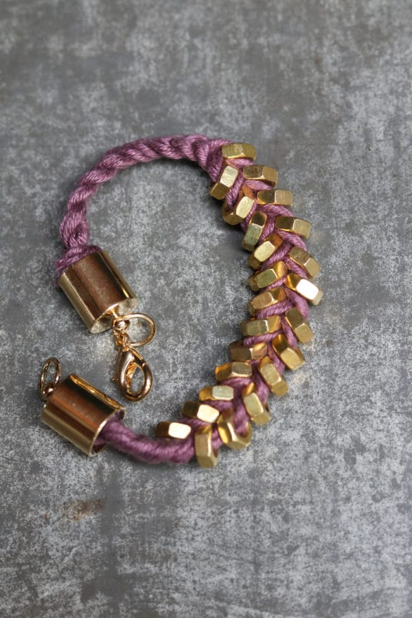 Flechtarmband mit Metallmuttern