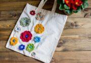 Tasche mit Häkelblumen