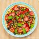 Gebratener Lachs & Salat mit schwarzem Reis, Mais, Erdbeeren und mehr