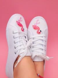 2f9f0916a62b Upcycling  Schuhe mit Flamingo Patches und Pompoms selber machen