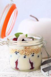 Veganes Schichtdessert im Glas mit Beeren und Quinoa