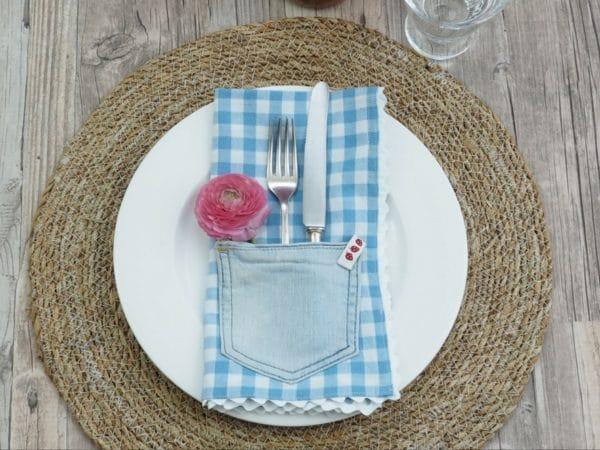 Wie Du aus einer Jeanshose und einer Stoffserviette eine dekorative Bestecktasche nähen kannst
