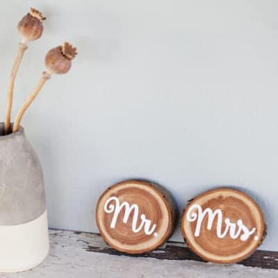 Mr. & Mrs. – zwei weiß bedruckte Astscheiben