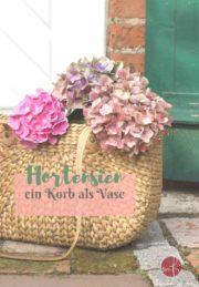 Hortensien im Herbst: ein Korb als Vase