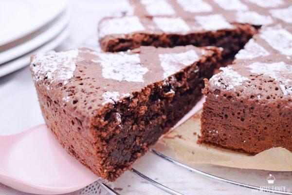 Saftiger Schokoladenkuchen mit Mandeln