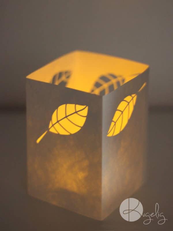Windlicht mit Herbstblättern [Plotter-Freebie]