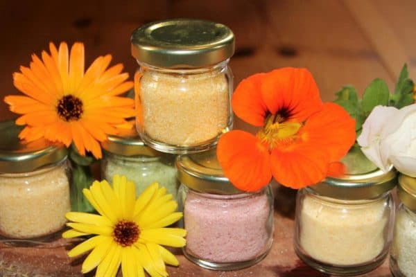 bunte Blütenzucker und Kräutersalze herstellen