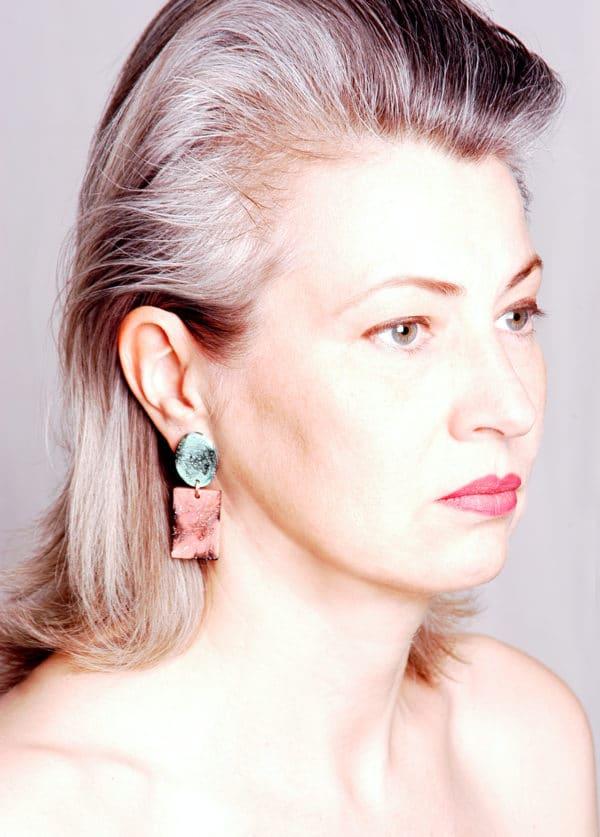 Marmorierte Statement-Ohrringe aus Kunstharz
