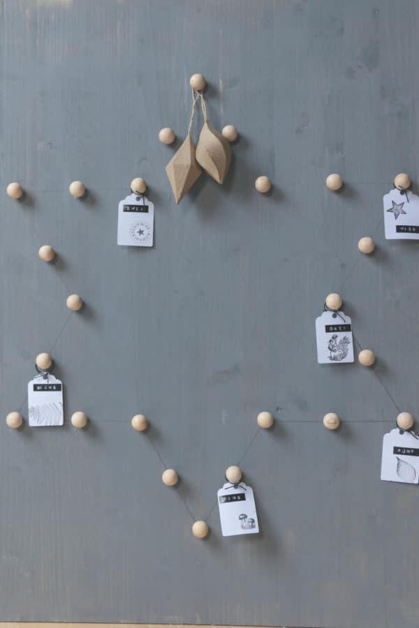 Adventskalender mit Holzkugeln