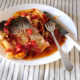 Karpfen vom Blech mit Tomaten und Zwiebeln