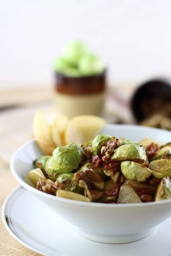 Rosenkohlsalat mit karamellisierter Nashi-Birne & gerösteten Walnüssen