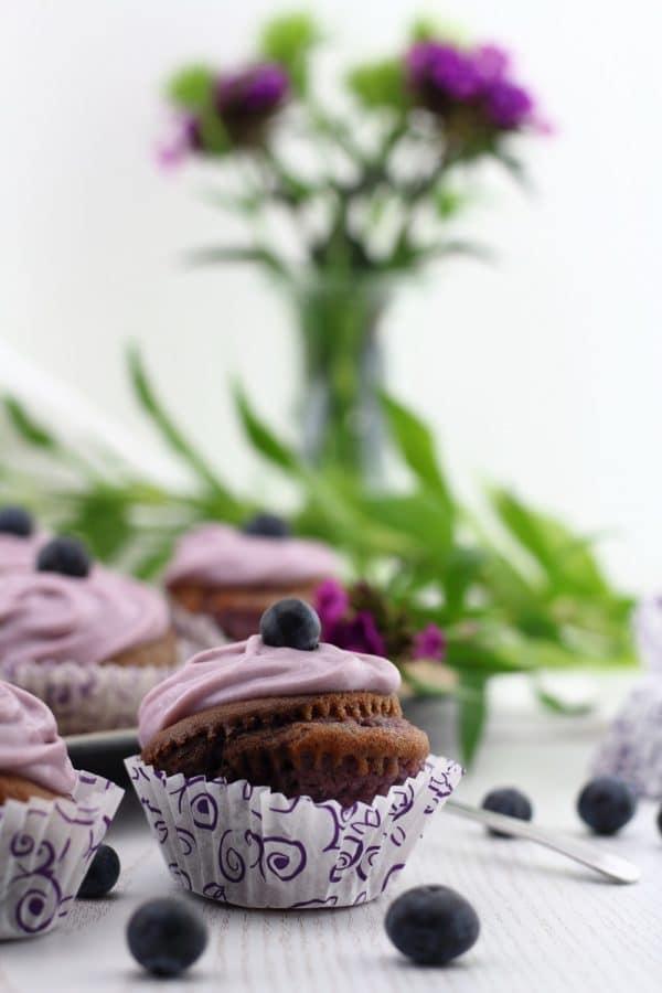 Violet Velvet Cupcakes mit Heidelbeer-Frischkäse-Topping