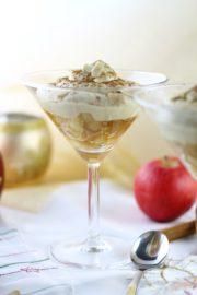 Weißes Zimtmousse mit Amaretto-Apfel