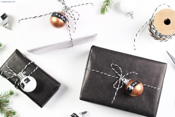 DIY Geschenkanhänger aus einer Weihnachtskugel + Dymo