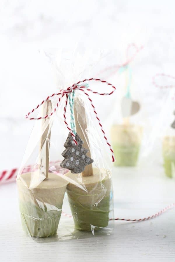 DIY Trinkschokolade am Stiel: Weiße Schokolade mit Matcha und Zimt