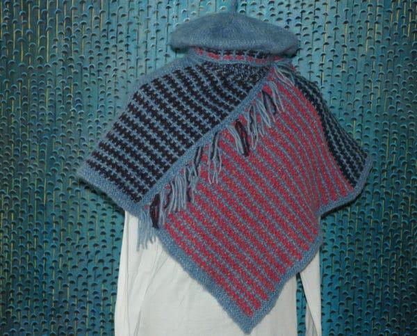 Poncho und Baskenmütze stricken