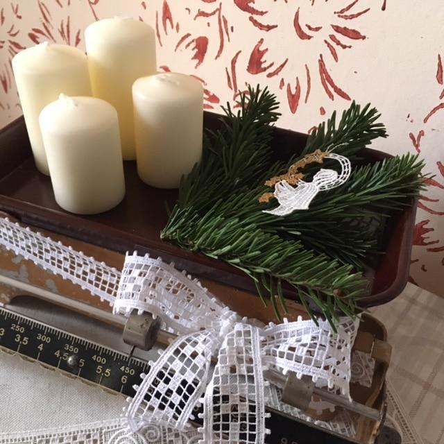 adventskranz auf einer alten k chenwaage handmade kultur. Black Bedroom Furniture Sets. Home Design Ideas