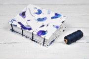 Papierschöpfrahmen und selbstgemachtes Papier (zu einem Notizbuch zusammengebunden)