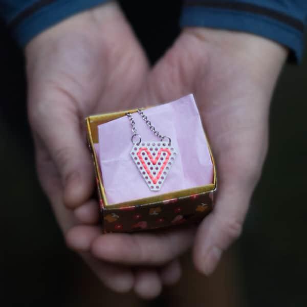 Bestickte DIY Herzkette