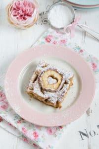 Valentinstag-Apfelkuchen mit einer Joghurt-Walnuss-Füllung