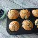 Blaubeermuffins mit weißer Schokolade und Mandeln