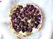 Süßer Flammkuchen mit Blaubeeren und Mandeln