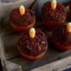 Schokoladenmuffins im Terracotta-Blumentopf mit Mini-Rüblis