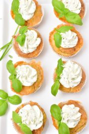 Schnelle Kräutermuffins mit Feta und Frischkäsehäubchen