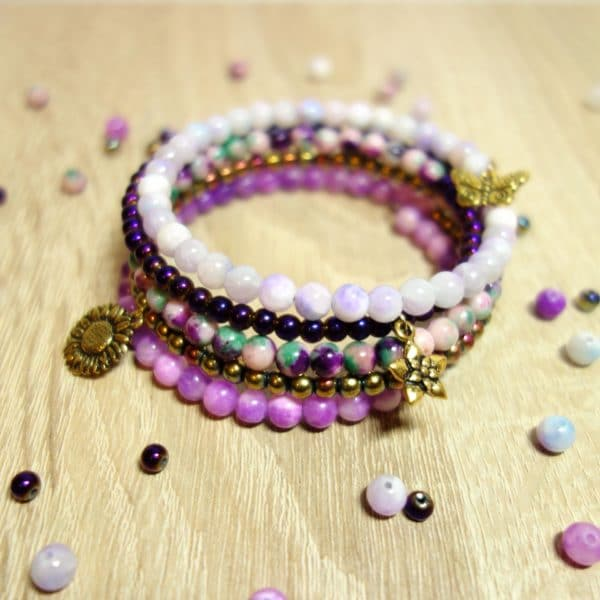 diy perlenarmband in violett aus memory draht und halbedelstein perlen handmade kultur. Black Bedroom Furniture Sets. Home Design Ideas