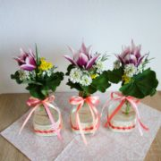 DIY Frühlingsdeko - Glasvase mit Baumwollspitze verschönern