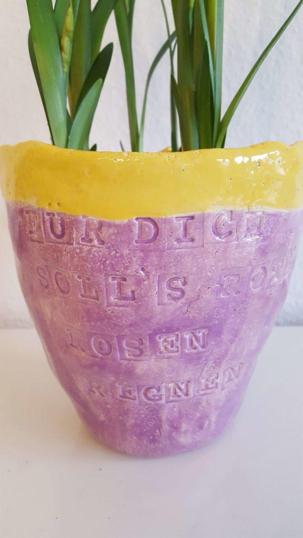 Vase und Schüsseln aus Keramik