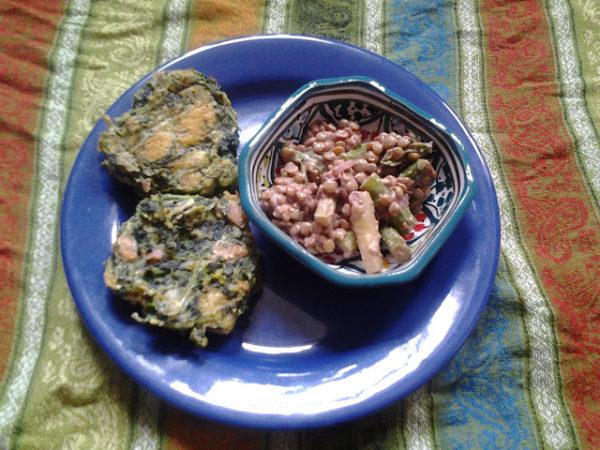 Linsensalat mit Spargel, dazu Spinatbacklinge