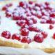 Kladdkaka mit weißer Schokolade und Johannisbeeren