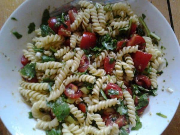 lauwarme One- Pot- Pasta mit Tomaten, Rucola und Pesto