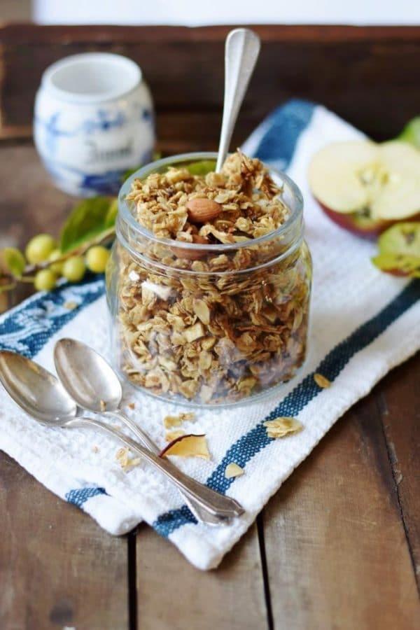 5 Minuten Knuspermüsli aus der Pfanne: leckeres Apfel-Zimt-Granola