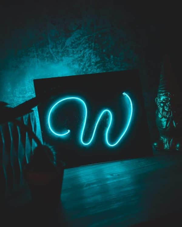 Schilder mit Neon Schriftzug