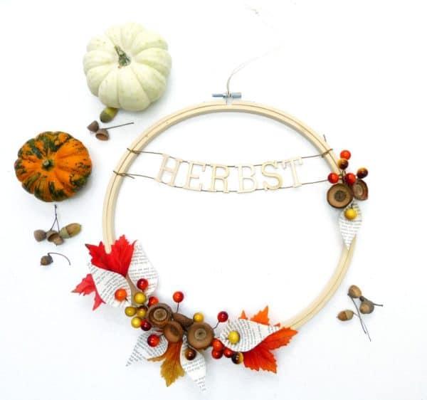 Verwandle einen Stickrahmen in einen Herbstkranz