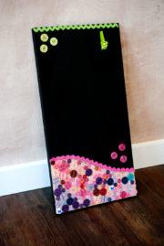 DIY Memoboard mit Tafelfarbe und Knöpfen