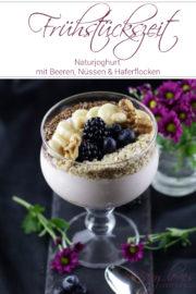 Gesundes Frühstück: Naturjoghurt mit Beeren und Topping voller Energie