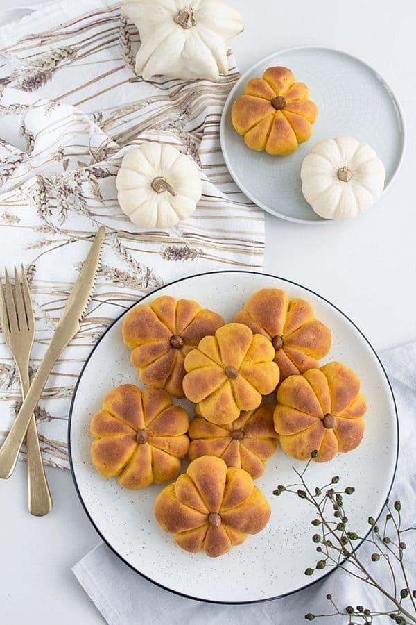 Rezeptidee für die nächste Halloween-Party: Kürbis Brötchen in Kürbisform