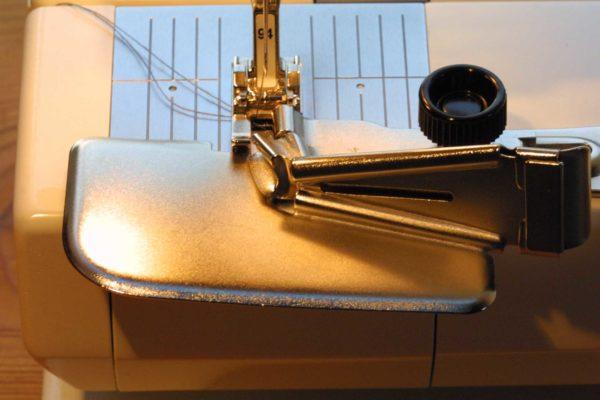 Schrägband mit dem Bändchenfasser herstellen und gleichzeitig annähen