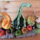 Herbstdekoration mit kleinen Kürbissen