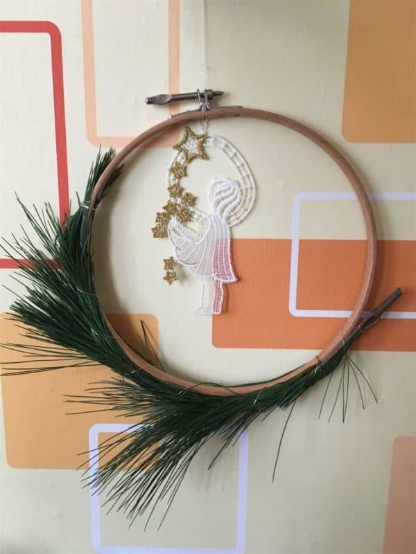 Minimalistische Weihnachtsdekoration im Stickrahmen