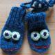 Kleine gestrickte Kinderhandschuhe