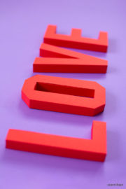 Valentinstag LOVE aus Papierbuchstaben