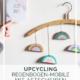 DIY-Upcycling-Idee: Regenbogen-Mobile mit Kleiderbügel und Astscheiben